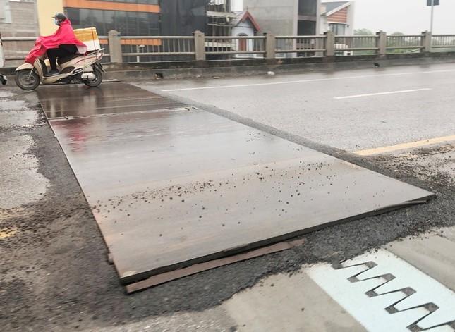 Rủi ro phương tiện lưu thông trên cầu Vĩnh Tuy những ngày mưa phùn ảnh 2