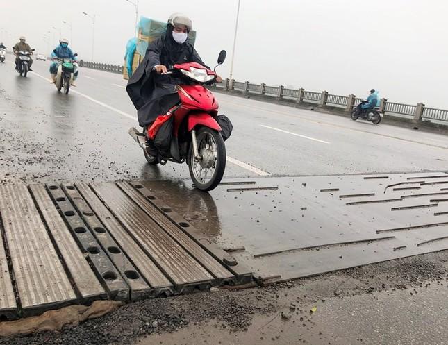 Rủi ro phương tiện lưu thông trên cầu Vĩnh Tuy những ngày mưa phùn ảnh 5