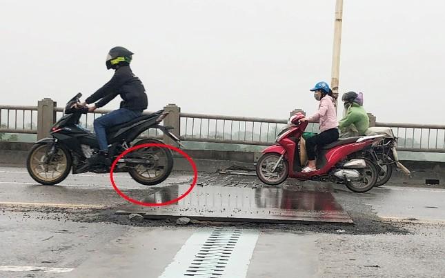 Rủi ro phương tiện lưu thông trên cầu Vĩnh Tuy những ngày mưa phùn ảnh 6