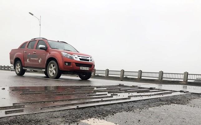 Rủi ro phương tiện lưu thông trên cầu Vĩnh Tuy những ngày mưa phùn ảnh 7