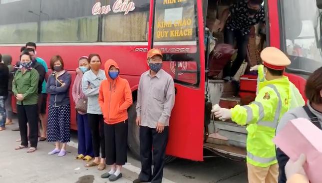 Vì sao không xử phạt 'xe dù' chở 30 người vào Hà Nội giữa lệnh cấm? ảnh 1