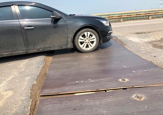 Mặt cầu Thăng Long 'rách tơi tả' sau nhiều lần sửa chữa ảnh 12