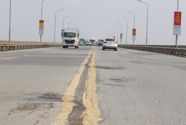 Mặt cầu Thăng Long 'rách tơi tả' sau nhiều lần sửa chữa ảnh 6