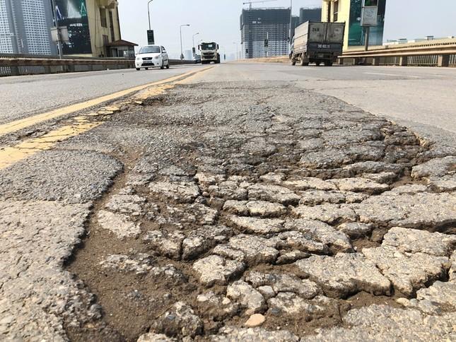 Mặt cầu Thăng Long 'rách tơi tả' sau nhiều lần sửa chữa ảnh 8