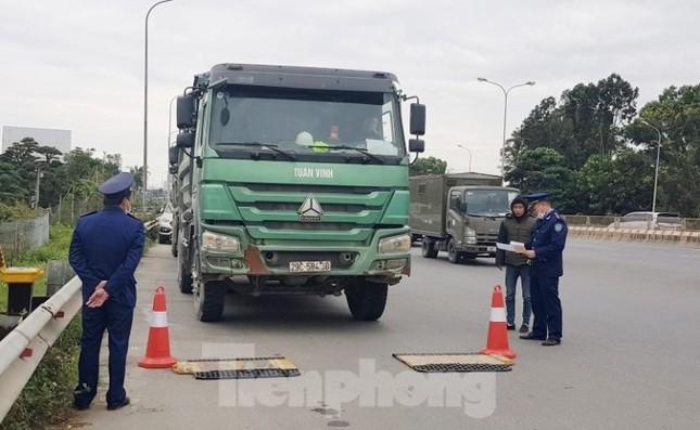 Cầu Thăng Long lập chốt kiểm soát xe quá tải thế nào? ảnh 1
