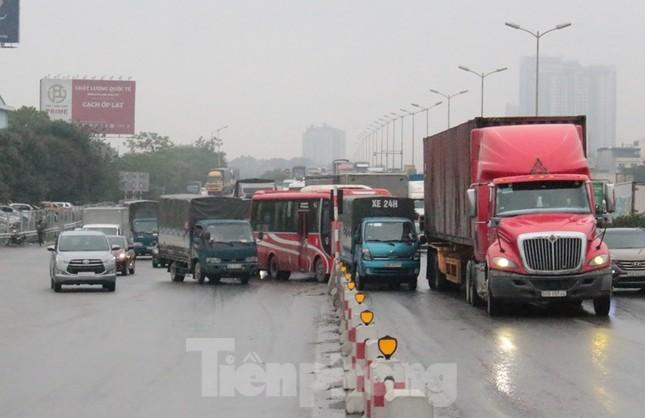 Cầu Thanh Trì ùn tắc trong ngày đầu hạ tốc độ xuống 60km/h ảnh 10