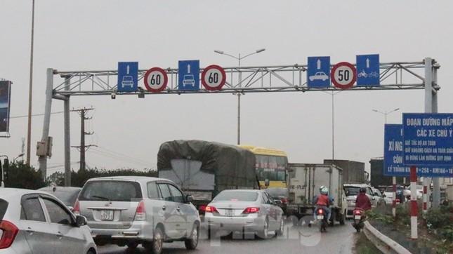 Cầu Thanh Trì ùn tắc trong ngày đầu hạ tốc độ xuống 60km/h ảnh 1