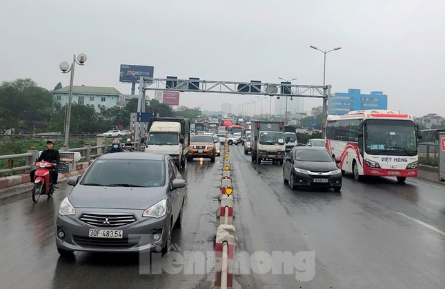 Cầu Thanh Trì ùn tắc trong ngày đầu hạ tốc độ xuống 60km/h ảnh 3