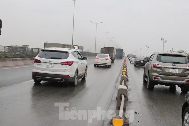 Cầu Thanh Trì ùn tắc trong ngày đầu hạ tốc độ xuống 60km/h ảnh 4