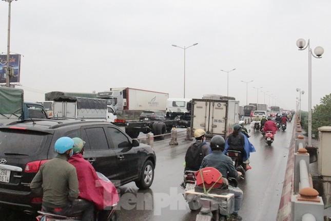 Cầu Thanh Trì ùn tắc trong ngày đầu hạ tốc độ xuống 60km/h ảnh 6
