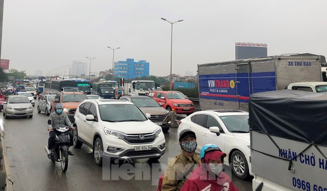 Cầu Thanh Trì ùn tắc trong ngày đầu hạ tốc độ xuống 60km/h ảnh 7