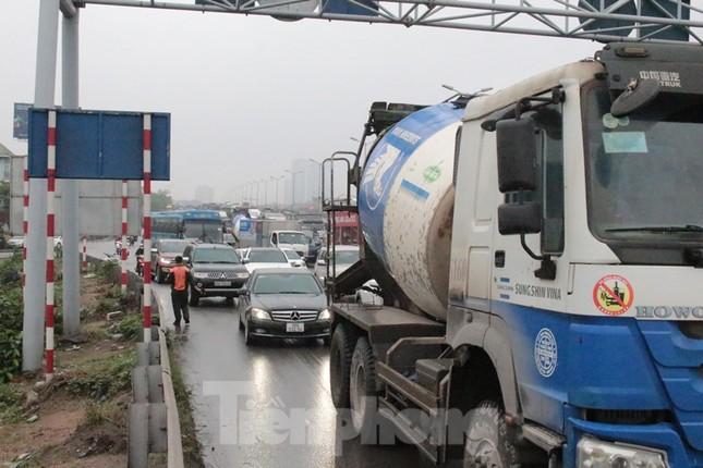 Cầu Thanh Trì ùn tắc trong ngày đầu hạ tốc độ xuống 60km/h ảnh 8