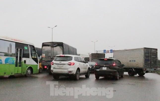 Cầu Thanh Trì ùn tắc trong ngày đầu hạ tốc độ xuống 60km/h ảnh 9