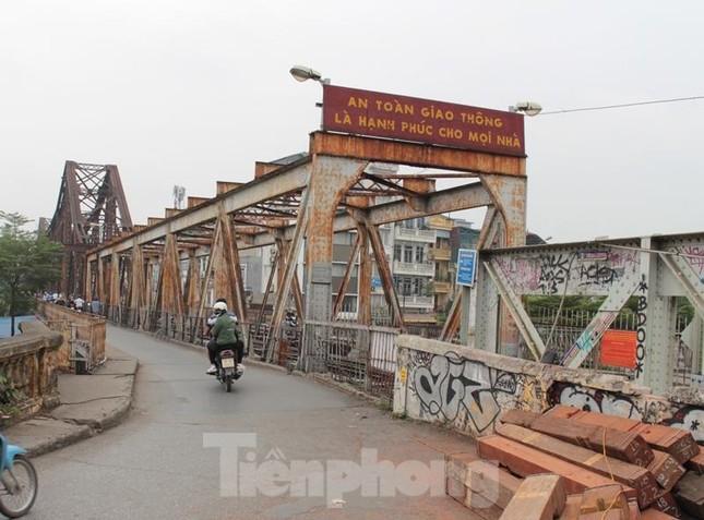 Mặt cầu Long Biên thủng lỗ chỗ được sửa chữa thế nào? ảnh 1