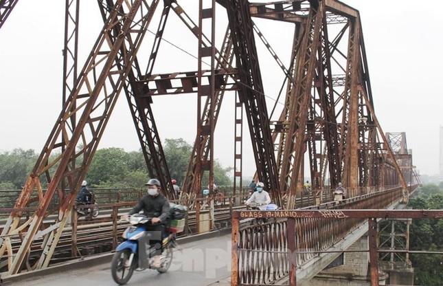 Mặt cầu Long Biên thủng lỗ chỗ được sửa chữa thế nào? ảnh 3