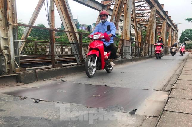 Mặt cầu Long Biên thủng lỗ chỗ được sửa chữa thế nào? ảnh 9