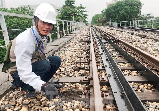 Bong ốc vít, xô lệch tà vẹt đường sắt chạy qua cầu Long Biên, Thăng Long ảnh 11