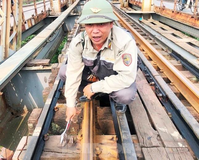 Bong ốc vít, xô lệch tà vẹt đường sắt chạy qua cầu Long Biên, Thăng Long ảnh 2