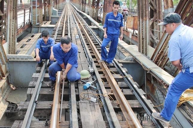 Bong ốc vít, xô lệch tà vẹt đường sắt chạy qua cầu Long Biên, Thăng Long ảnh 4