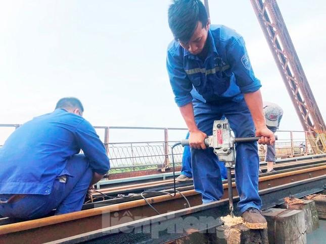 Bong ốc vít, xô lệch tà vẹt đường sắt chạy qua cầu Long Biên, Thăng Long ảnh 5