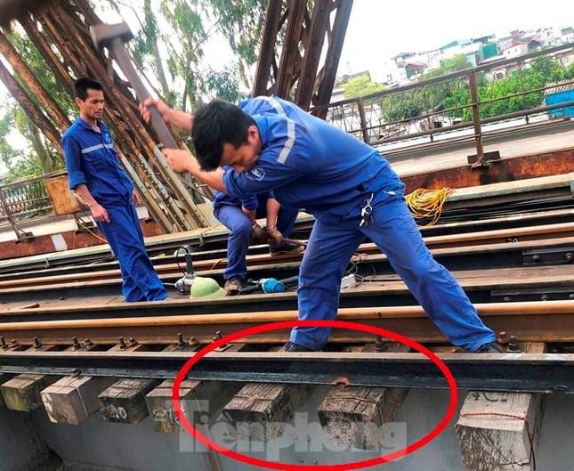 Bong ốc vít, xô lệch tà vẹt đường sắt chạy qua cầu Long Biên, Thăng Long ảnh 6