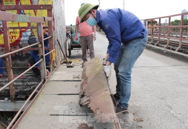 Bong ốc vít, xô lệch tà vẹt đường sắt chạy qua cầu Long Biên, Thăng Long ảnh 7