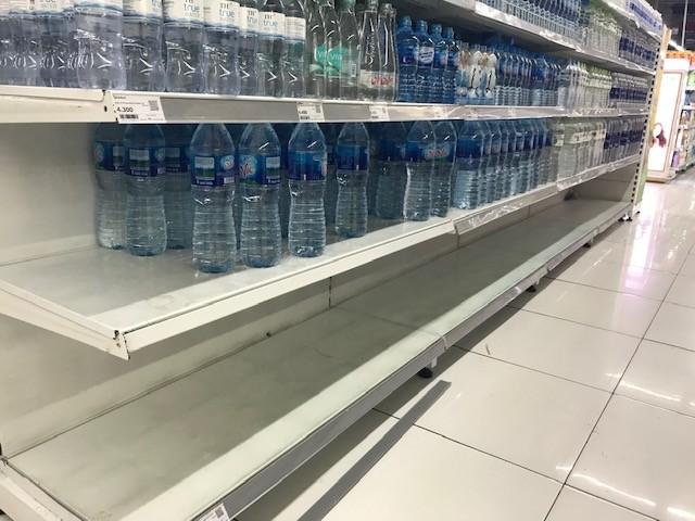 Dân ùn ùn mua nước đóng chai sau khuyến cáo của UBND thành phố Hà Nội ảnh 1