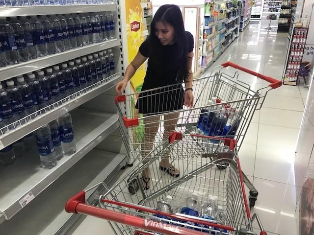 Dân ùn ùn mua nước đóng chai sau khuyến cáo của UBND thành phố Hà Nội ảnh 2