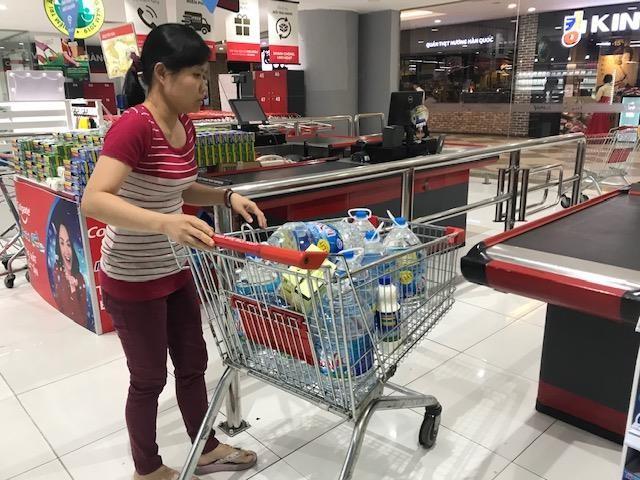 Dân ùn ùn mua nước đóng chai sau khuyến cáo của UBND thành phố Hà Nội ảnh 3