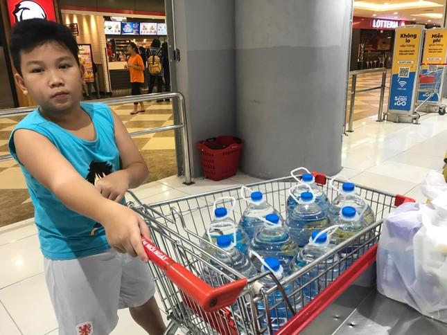 Dân ùn ùn mua nước đóng chai sau khuyến cáo của UBND thành phố Hà Nội ảnh 4
