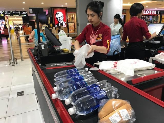 Dân ùn ùn mua nước đóng chai sau khuyến cáo của UBND thành phố Hà Nội ảnh 5