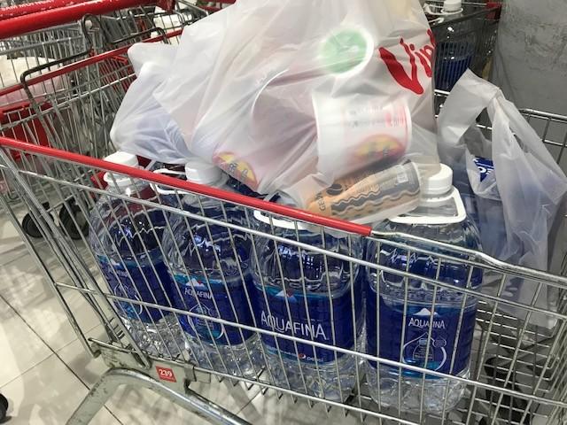 Dân ùn ùn mua nước đóng chai sau khuyến cáo của UBND thành phố Hà Nội ảnh 8