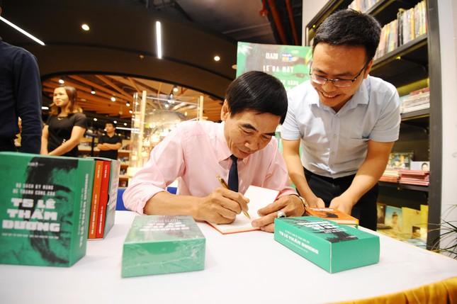 TS Lê Thẩm Dương sẽ phát hành khoảng 70 cuốn sách, có cuốn khổ to bằng nửa chiếc bàn  ảnh 4