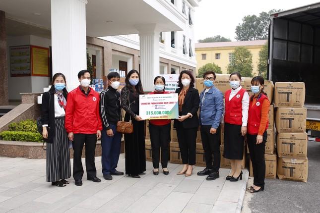 Tặng hơn 10.000 bộ quần áo phòng dịch cho các điểm nóng COVID-19 tại Hải Dương và Quảng Ninh ảnh 1