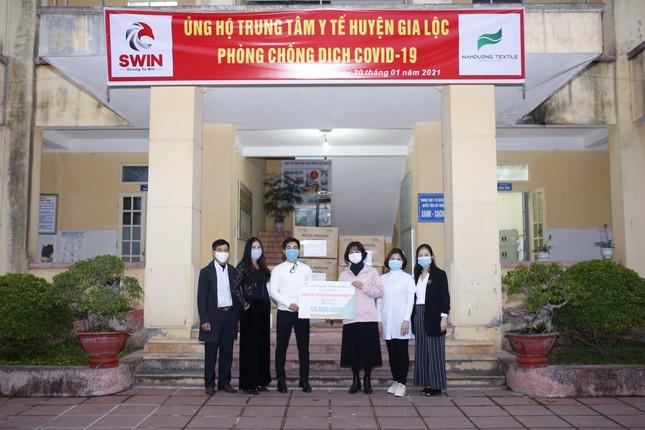 Tặng hơn 10.000 bộ quần áo phòng dịch cho các điểm nóng COVID-19 tại Hải Dương và Quảng Ninh ảnh 4