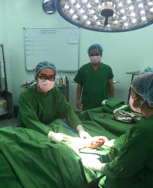 Ca mổ xuyên biên giới lúc 2h sáng giao thừa của bác sĩ Việt ảnh 1