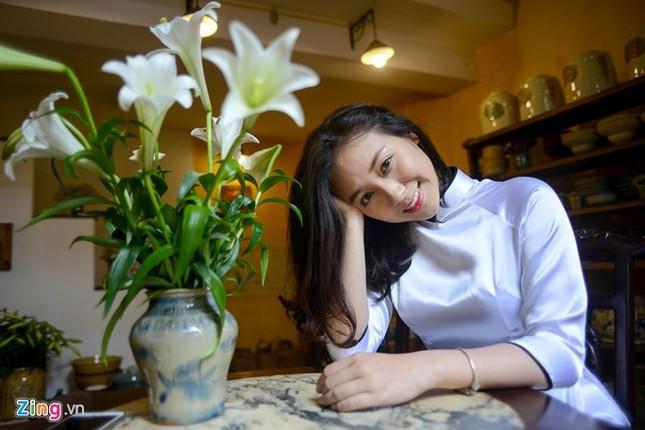 Nữ sinh trường Ams tinh khôi bên hoa loa kèn ảnh 10