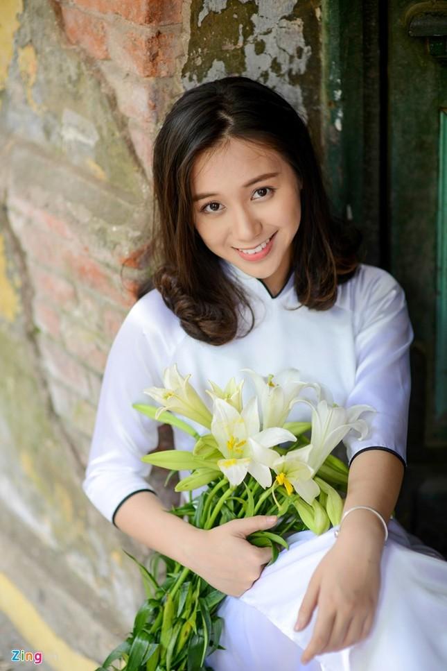 Nữ sinh trường Ams tinh khôi bên hoa loa kèn ảnh 11