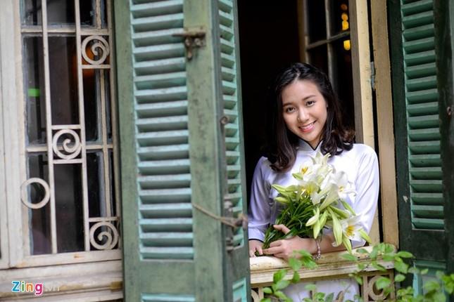 Nữ sinh trường Ams tinh khôi bên hoa loa kèn ảnh 12