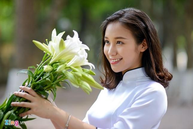 Nữ sinh trường Ams tinh khôi bên hoa loa kèn ảnh 1