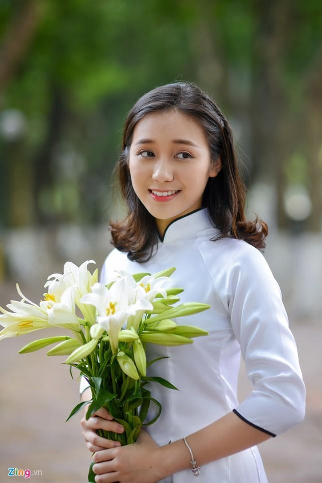 Nữ sinh trường Ams tinh khôi bên hoa loa kèn ảnh 3