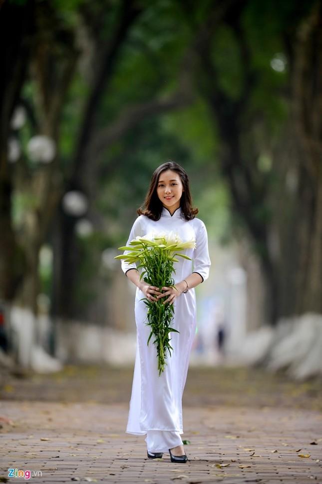 Nữ sinh trường Ams tinh khôi bên hoa loa kèn ảnh 4