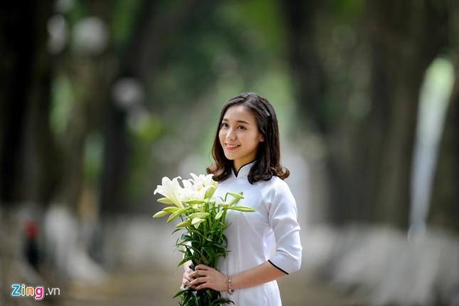 Nữ sinh trường Ams tinh khôi bên hoa loa kèn ảnh 5