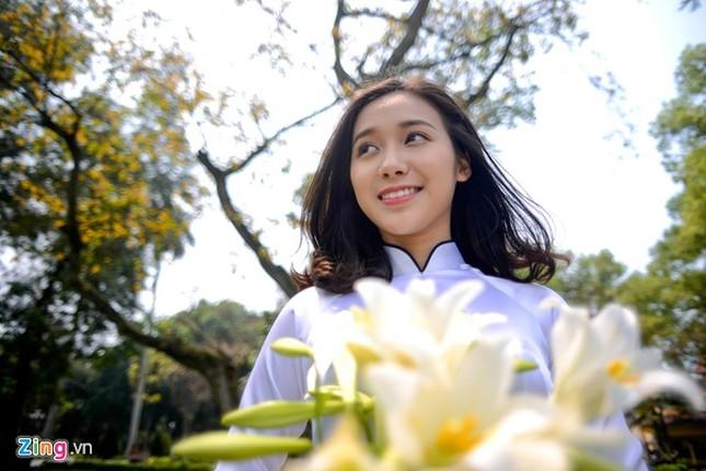 Nữ sinh trường Ams tinh khôi bên hoa loa kèn ảnh 6