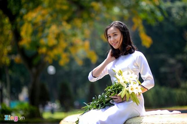 Nữ sinh trường Ams tinh khôi bên hoa loa kèn ảnh 7