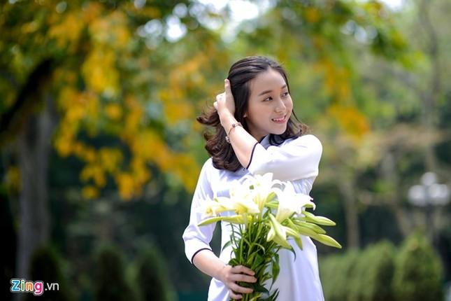Nữ sinh trường Ams tinh khôi bên hoa loa kèn ảnh 8