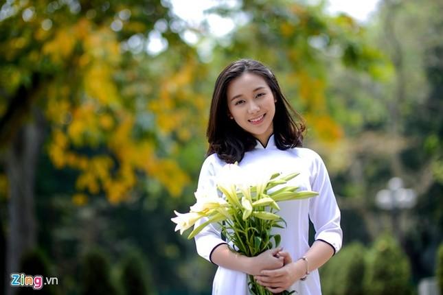 Nữ sinh trường Ams tinh khôi bên hoa loa kèn ảnh 9