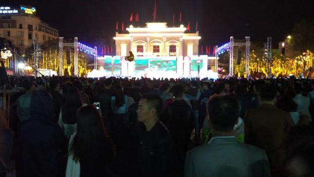 Người dân cả nước đón giao thừa Tết Đinh Dậu ảnh 61