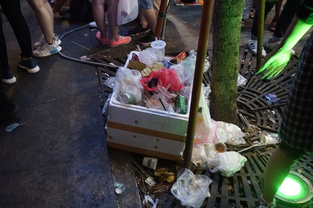 Xem pháo hoa xong, nhiều người vô tư vứt rác trên phố Nguyễn Huệ ảnh 9