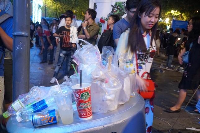 Xem pháo hoa xong, nhiều người vô tư vứt rác trên phố Nguyễn Huệ ảnh 1